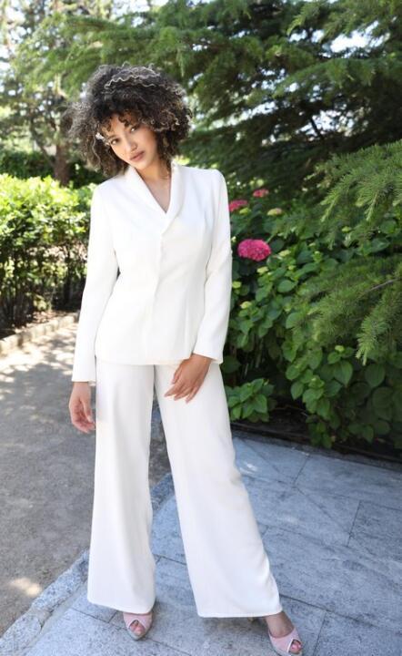 conjunto de novia de chaqueta y pantalón