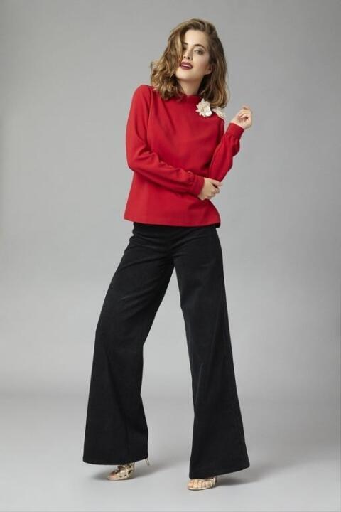Sixtine, blouse rouge pour aller au bureau