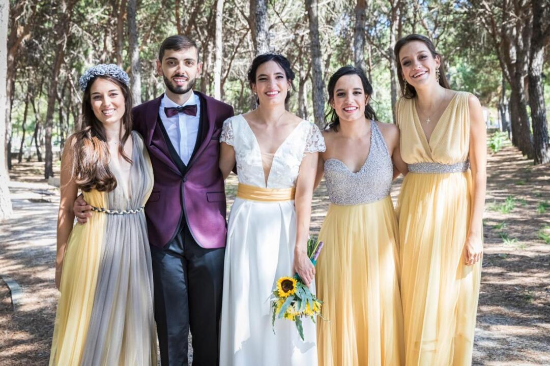 trajes de invitadas amarillo