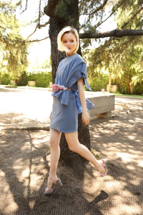 vestido corto azul cielo con capa